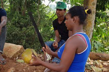 Pelar un coco ya no es sólo cosa de hombres
