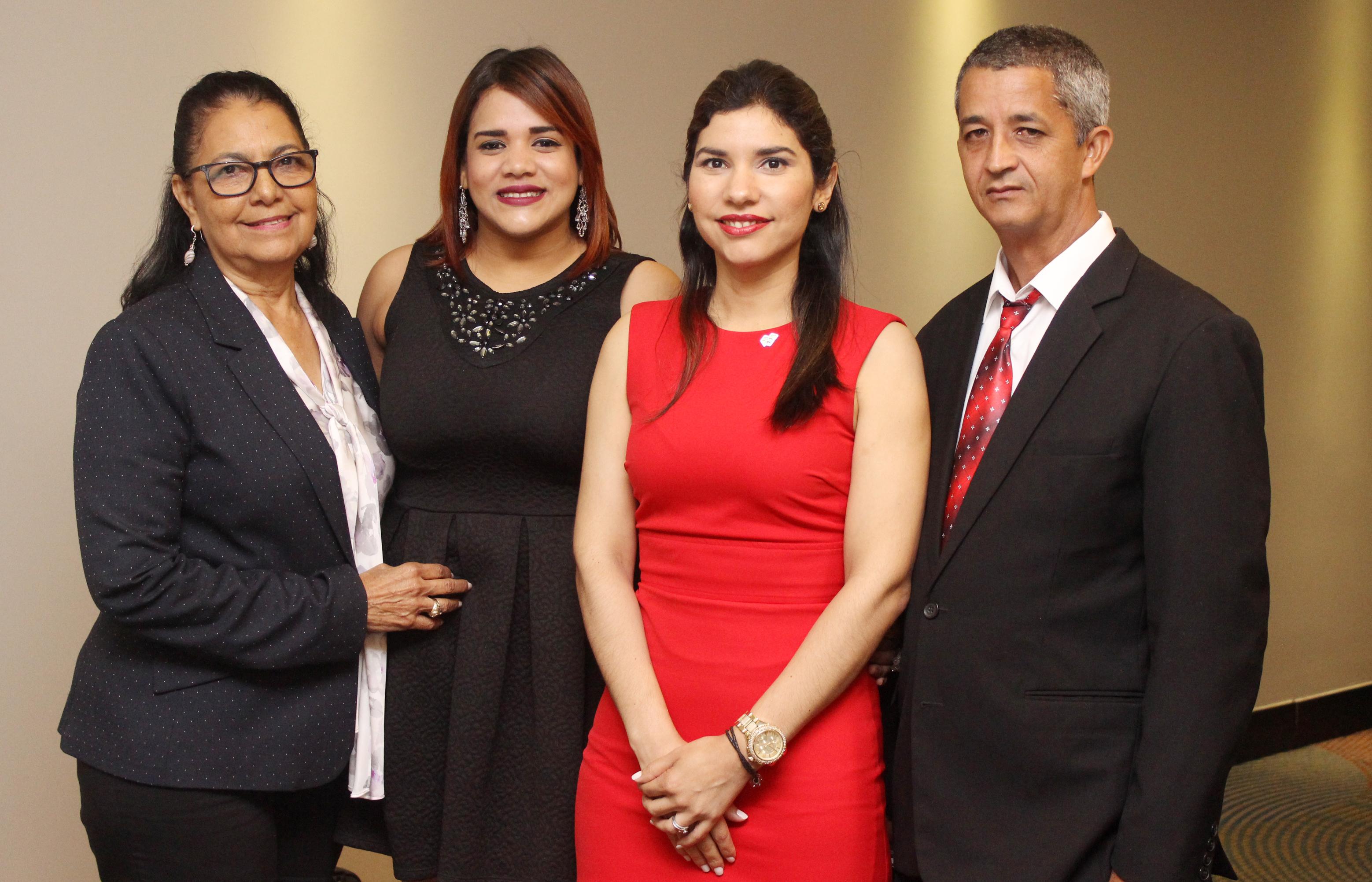 La coach Nurys Rosario, Edilís López , presidenta del Distrito Cooperativo 29; Enovi Bueno, gerente de la sucursal Santo Domingo de COOPSANO y Félix Tejada, encargado de Educación de la cooperativa.