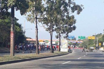 Protesta en la avenida 6 de Noviembre impide entrada de vehículos a Santo Domingo