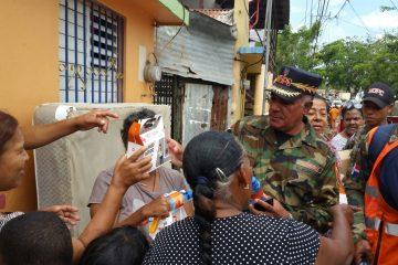 Personal de Obras Públicas realiza limpieza, retiro de escombro y ofrece atención médica en La Vega
