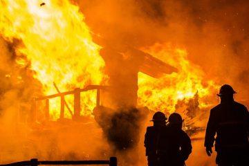 Incendio destruye cinco viviendas y afecta otra en Santiago