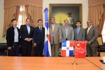 Funcionario recibe en Palacio a constructores chinos interesados en invertir