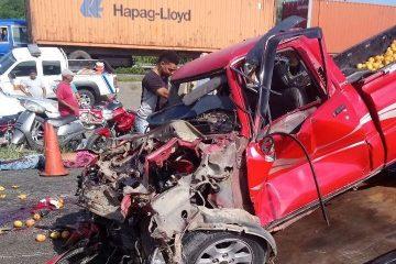Mueren tres personas en accidente entre camioneta y minubús en Bonao