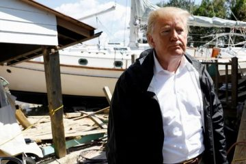 """Trump visita zonas afectadas por Florence y promete """"cien por ciento"""" de ayuda"""
