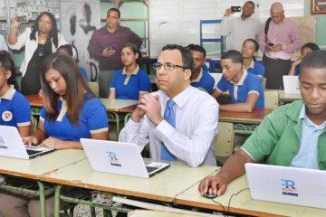 Navarro lleva República Digital a escuelas de Los Guandules