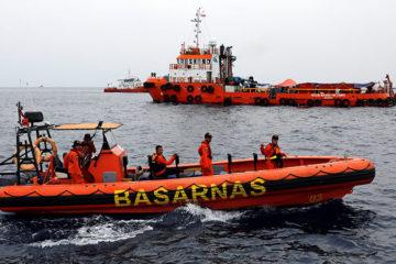 Indonesia busca la cabina del avión accidentado entre fuertes corrientes