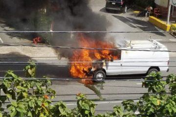 Se incendia camioneta en la avenida Abraham Lincoln