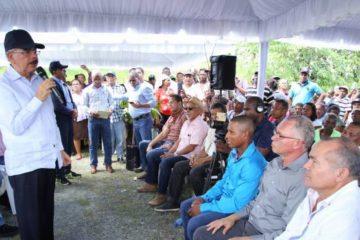 Presidente Medina otorga facilidades a productores de Yamasá