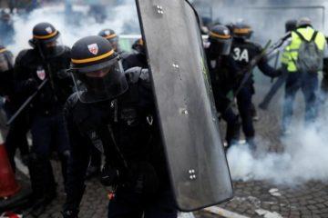 Miles de personas protestan en París por alza en precios de los carburantes
