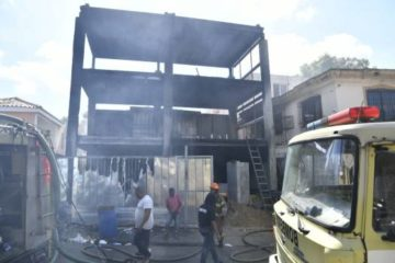 Fuego consume empresa y causa terror en sector de Santo Domingo Oeste