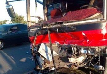 Una mujer muere y otra resulta herida al chocar yipeta y con un autobús en la Autovía del Coral