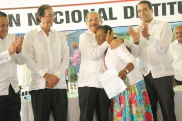Más de 2,500 familias de Dajabón, Monte Cristi y Valverde reciben títulos de parcelas y solares