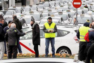 Los taxistas madrileños cortan vía y protestan frente a la feria Fitur