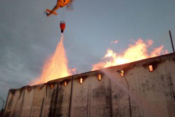 Bomberos amanecieron luchando con fuego en depósito de Brugal