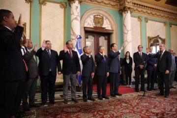 Presidente Medina juramenta nuevos funcionarios designados con decreto 71-19