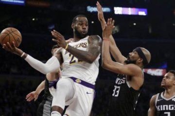 LeBron James logra triple doble contra Kings, que se alejan de los playoffs