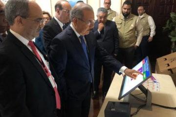 Presidente Medina prueba el sistema de votación automatizado
