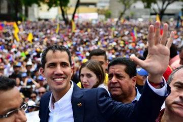 Aclamado por miles, Guaidó llega a Venezuela entre temores de un arresto