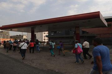 Venezuela sigue sin luz y el Gobierno suspende la actividad laboral y educativa