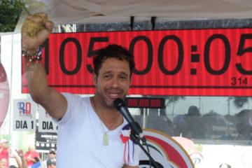 Carlos Silver completa 105 horas y más de 30 minutos cantando sin parar