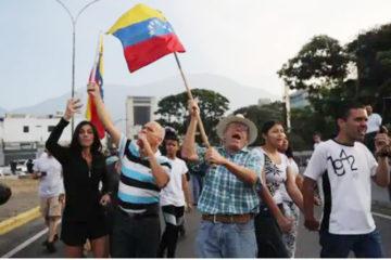 Centenares de venezolanos cortan las calles de Caracas en apoyo a Guaidó