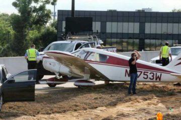 Avioneta aterriza en autopista en Florida y choca automóvil