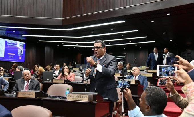 Leonelistas abandonan sesión de Cámara de Diputados; piden sean retirados los militares del Congreso