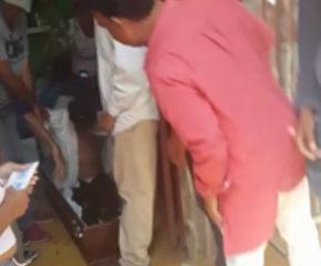 Policía obliga a familiares de hombre que llevaba cuatro días muerto a enterrarlo