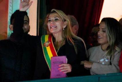 Una opositora toma el mando interino de Bolivia para suceder a Evo Morales