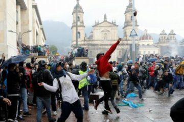 Batalla campal en la Plaza de Bolívar de Bogotá por ataque al Capitolio