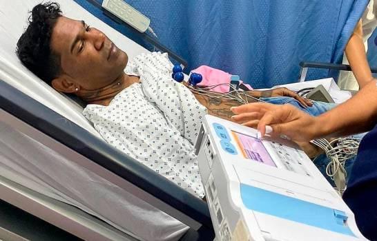 Omega hospitalizado de emergencia; habría sufrido una parálisis facial