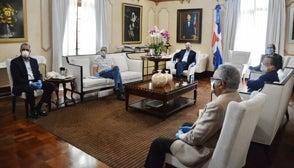 Con mascarilla, guantes y a distancia el Presidente se reúne con comisión de alto nivel para control de coronavirus