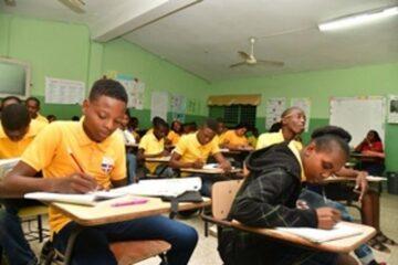 Consejo Nacional de Educación se reunirá hoy para tratar conclusión año escolar