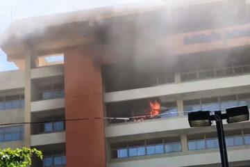 VIDEO: Incendio afecta octavo piso de edificio administrativo de la UASD