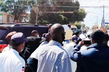 VIDEO: Multitud se lanza sobre yipeta de Luis Abinader para procurarle empleos